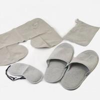 Набор для путешествий в тканевом чехле: надувная подушка, повязка на глаза и тапочки. Цвет серый